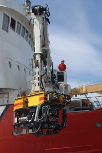 Mise à l'eau de ROPOS à partir du navire de recherche de la Garde côtière canadienne Hudson.