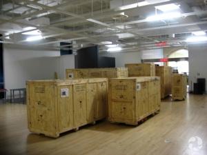 De grosses caisses de bois empilées dans une galerie du Musée canadien de la nature.