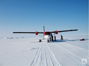 Un petit avion Twin Otter sur la neige.