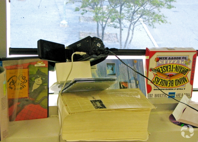 Une vue du montage de la caméra à l'intérieur de la fenêtre de Pierre.