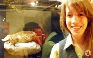 Une éducatrice devant la vitrine de l'ornithorynque, Ornithorhynchus anatinus, dans l'exposition Mammifères extrêmes.