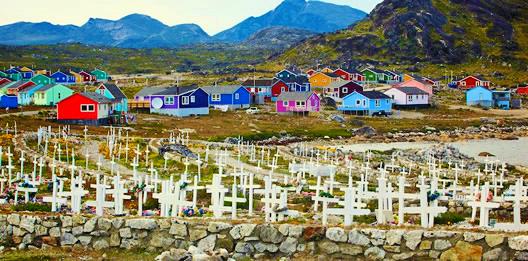 Les maisons colorées de Nanortalik et des croix blanches à l'avant-plan.