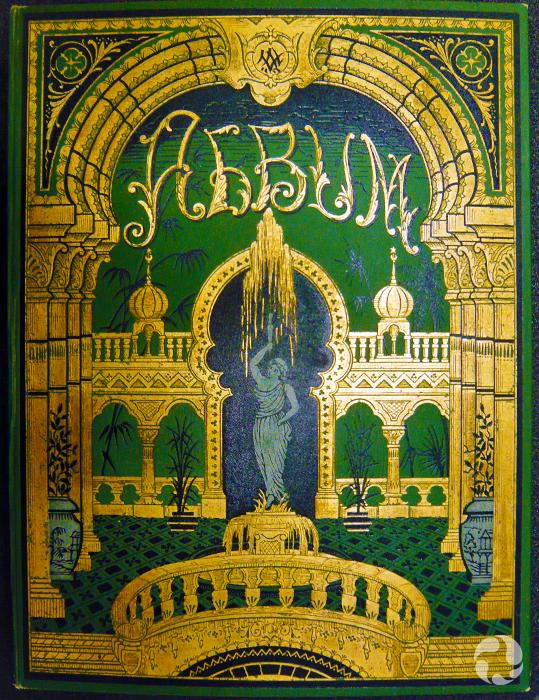 Couverture d'un album ancien décoré de dorure.
