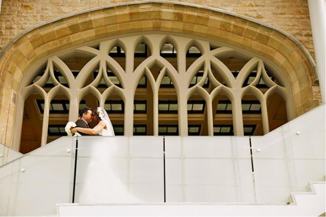 Un couple de futurs mariés s'embrasse dans les escaliers du lanternon des Reines.