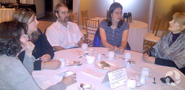 Un groupe de personnes discutant autour d'une table.