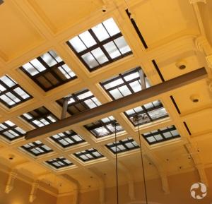 Une poutre installée au plafond de l'Atrium.