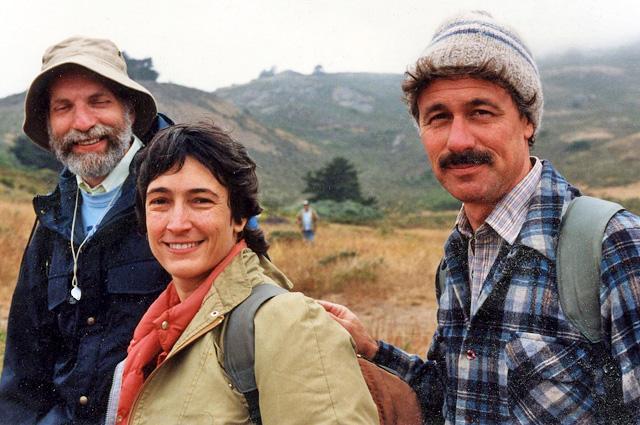 Ernie Brodo, Sylvia Duran Sharnoff et Stephen Sharnoff parmi les collines de la Californie, aux États-Unis.
