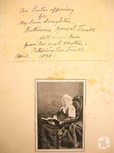 Voeux de Catharine Parr Traill à sa fille écrits sur un morceau de carton et comportant une photographie de l'auteure.