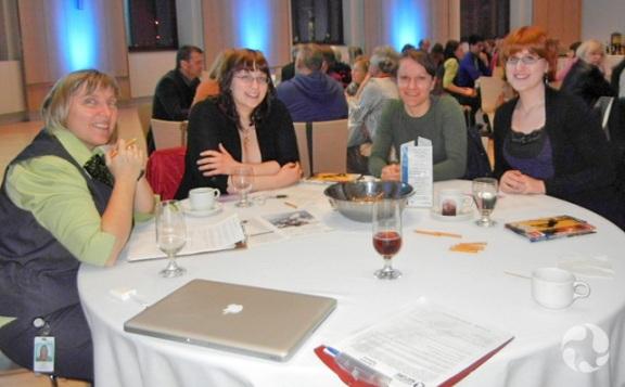 Quatre personnes assises autour d'une table.