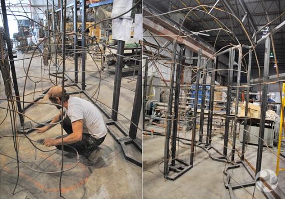 Collage de deux photos : un homme travaille à façonner du fil de fer; un assemblage de fil de fer.