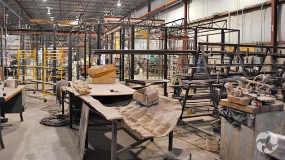 Large structure composée de tiges de fer dans un atelier.
