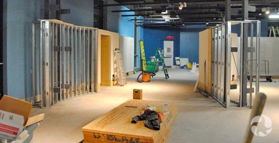 Des murs en construction dans la Galerie de la Terre Vale.