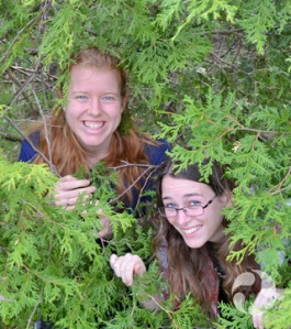 Emma Lehmberg (à gauche) et Cassandra Robillard dans un bosquet de cèdres.