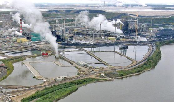 Vue aérienne montrant des bassins de résidus de sables bitumineux à côté du fleuve McKenzie, au nord de l'Alberta.