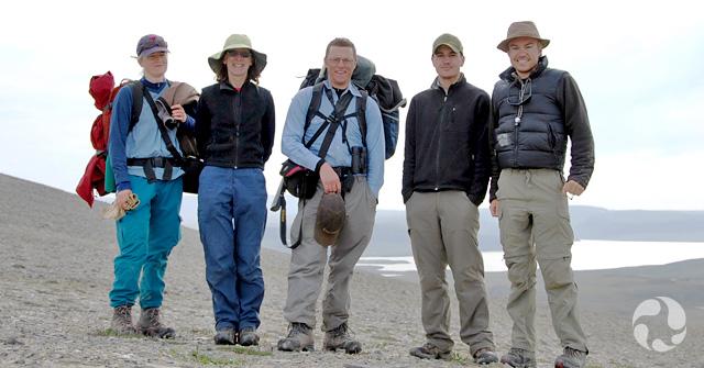 Jennifer Doubt, Lynn Gillespie, Roger Bull, Paul Sokoloff et Jeff Saarela sur l'île Victoria, dans les Territoires du Nord-Ouest.