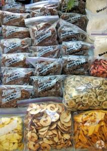 Des sacs en plastique contenant des portions de ragoût de boeuf et de chili déshydratés, ainsi que des fruits déshydratés.