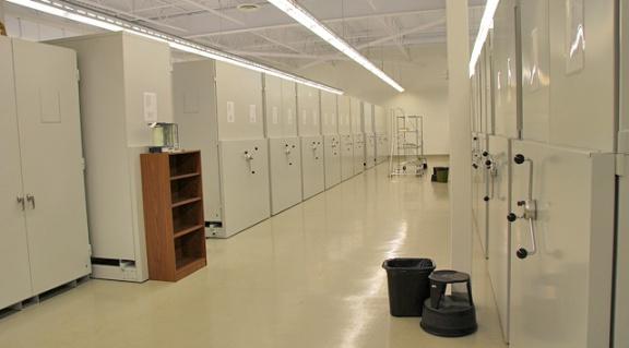 La salle d'ornithologie et ses rangées d'armoires en métal.