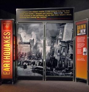Panneaux de l'exposition La nature déchaînée portant sur les tremblements de terre.