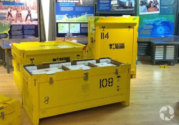 Des caisses et des éléments d'exposition entreposés dans une salle.