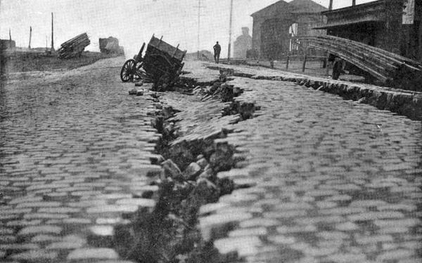 Contreplongée d'une fissure dans une route qui a engloutit une charrette.