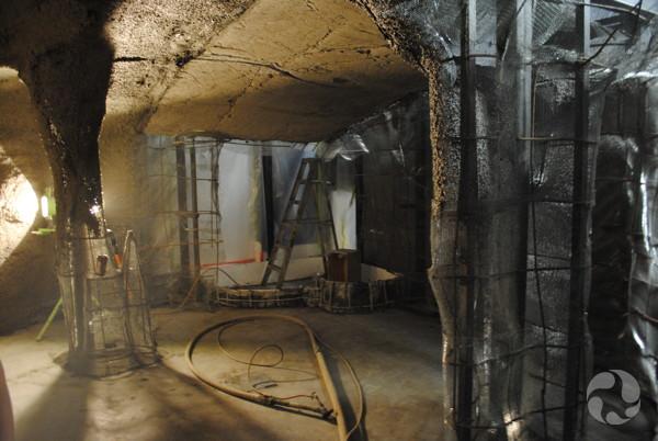Vue de l'intérieur d'une grotte en construction.