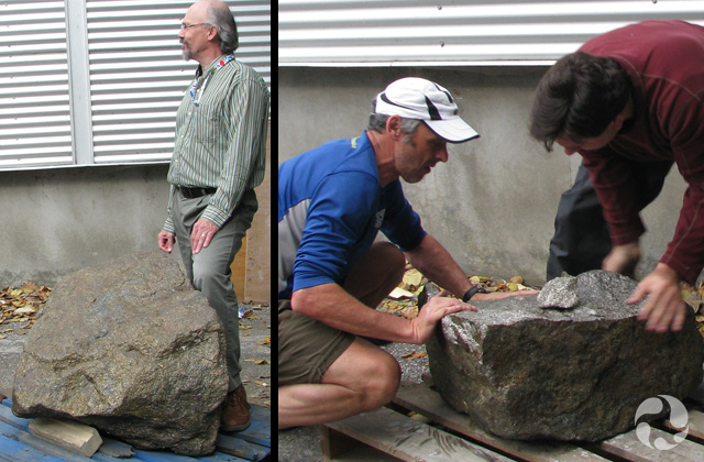 Deux photos : Une montrant la roche originale; l'autre, deux personnes poussant sur une palette le fragment destiné à l'exposition.