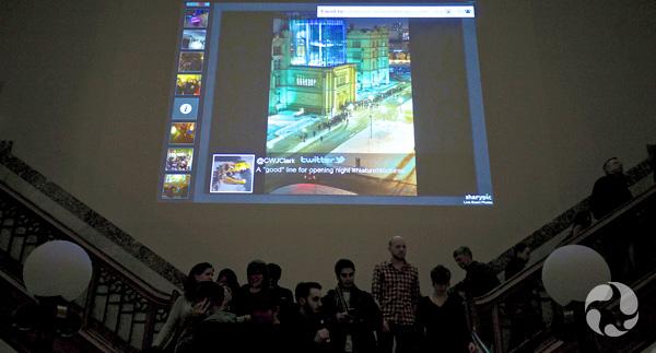 Une photo grand format du Musée est projetée sur un mur de l'Atrium à partir d'un ordinateur.