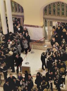 Vue en plongée montrant des files de visiteurs dans l'entrée du Musée.