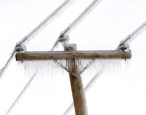Un poteau recouvert de glace.