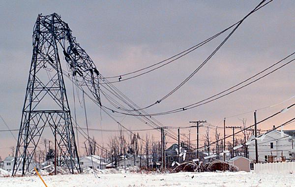 Une tour de transmission hydro-électrique dont la partie supérieure s'est effondrée sous le poids de la glace.