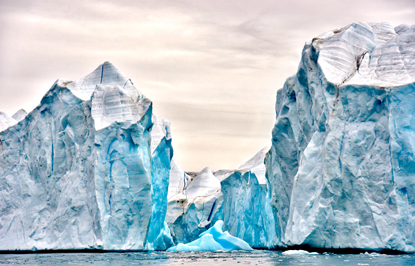Des falaises de glace au Nunavut, en Arctique.