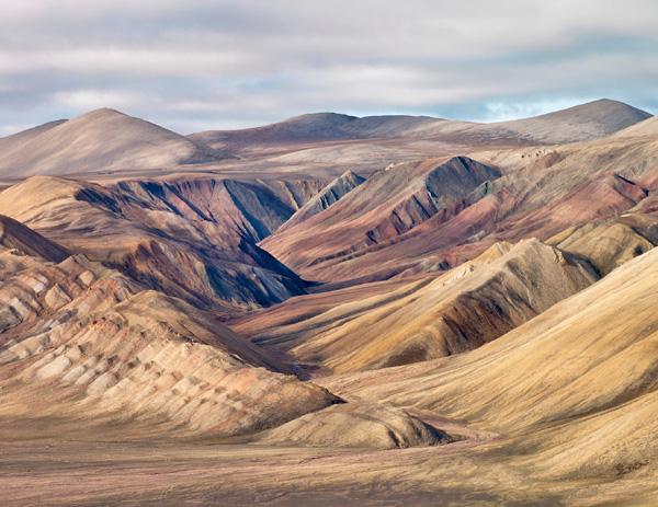 Un vaste paysage de collines érodées.