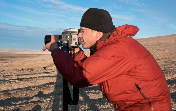 Martin Lipman regarde dans le viseur de son appareil photo.