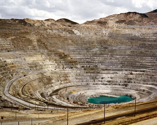 Une photo d'Edward Burtynsky de la mine de cuivre de Kennecott dans l'Utah, États-Unis.