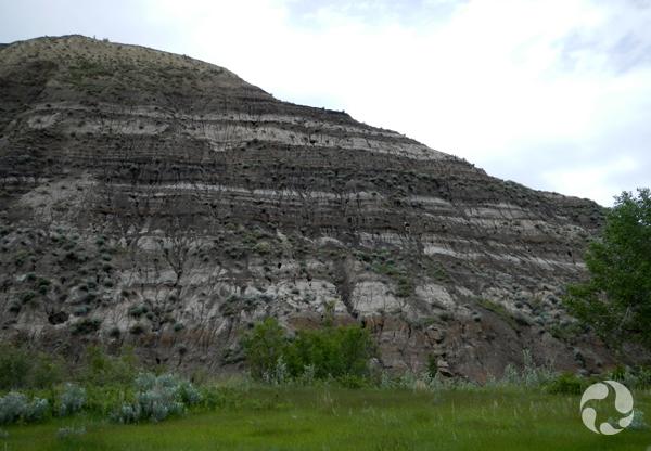 Paysage avec des collines de roches sédimentaires.