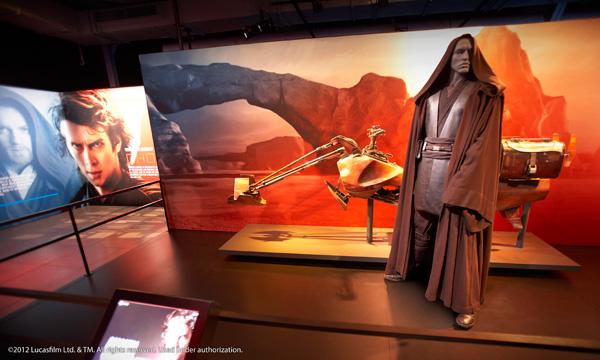 Un modèle d'Anakin Skywalker à côté d'un modèle de motocyclette.
