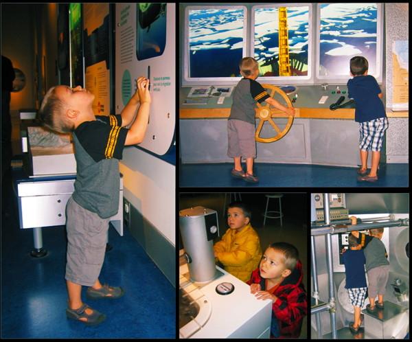 Collage de photos montrant deux garçons participant aux activités de la Galerie eau Bleue RBC.