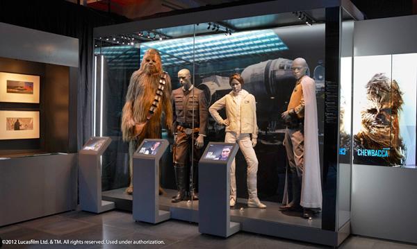 Un modèle de Chewbacca et d'autres personnages de la Guerre des étoiles à l'exposition Star Wars Identités du Musée de l'aviation et de l'espace du Canada.