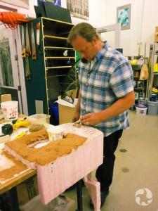 Stuart Baatnes construit un nid de fourmis avec du plâtre, dans un atelier du Musée.