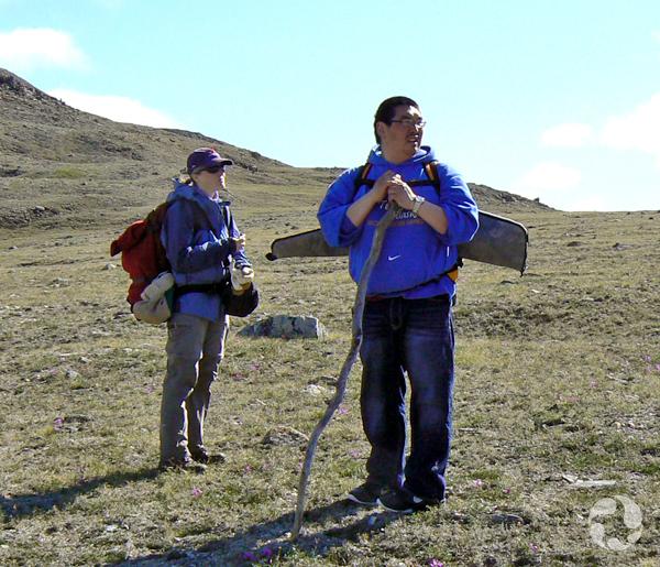 Le conservateur du musée Jennifer Doubt et le guide Gary Okheena debout sur la toundra.