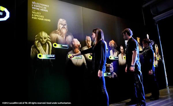 Visiteurs debout devant un panneau d'exposition.