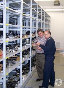 Jean-Marc Gagnon et un bénévole devant une étagère de la réserve du Musée.