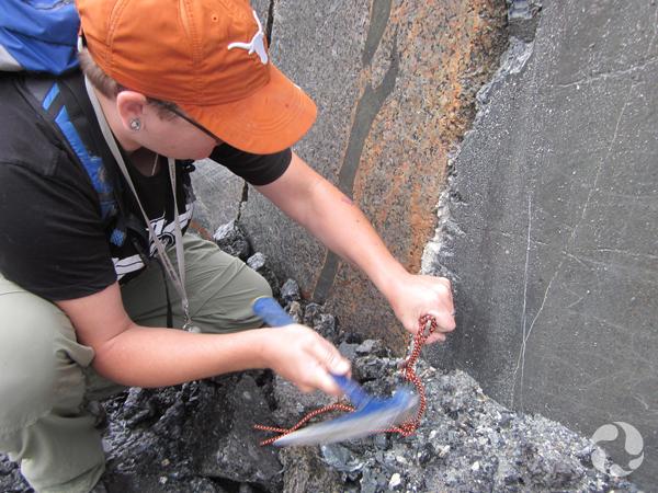 Paula Piilonen recueille un échantillon de roche dans la carrière Klåsta.