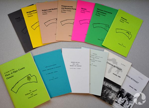 Treize brochures disposées sur une table.