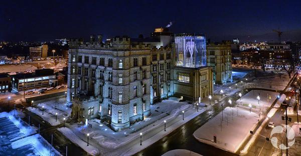 Vue de nuit montrant la méduse suspendue dans le lanternon vitré en façade du Musée.