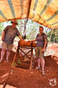 Paula Piilonen et son collègue Dermot Henry debout près d'une manivelle de bois utilisée pour hisser et abaisser les seaux pour l'extraction minière.