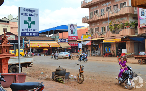 Vue de la rue au centre-ville de Ban Lung.