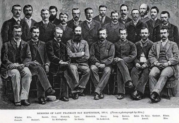 Vingt-deux des membres de l'expédition de la baie Lady Franklin posant debout ou assis.