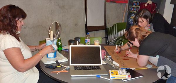 Trois femmes font des bricolages à une table.