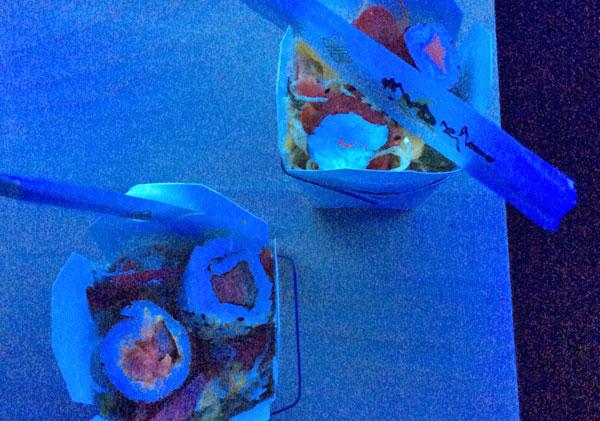 Des aliments qui luisent sous une lampe UV.
